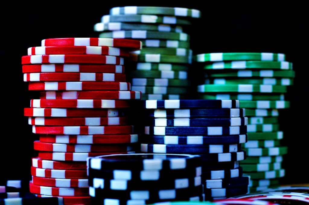 What is the strategy used in online blackjack?
